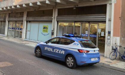 Minaccia con una spranga i dipendenti del supermercato per guadagnarsi la fuga dopo la rapina