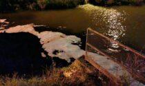 Schiuma dallo scarico Arica sul fiume Fratta