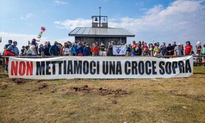 """""""No alla croce di 18 metri"""", la protesta sale sul Monte Baldo"""