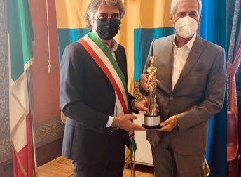 Claudio Baglioni premiato con l'esclusivo 'Divina Arena di Verona'