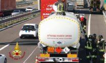 Tamponamento sull'A4: in corso le operazioni di travaso del gasolio stivato nella cisterna
