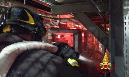 Vetro fuso fuoriesce dal forno: pompieri a lavoro tutta la notte per arginare la perdita
