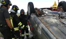 Auto si rovescia a Marano di Valpolicella: anziani liberati dai pompieri