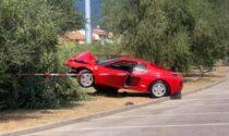 Ferrari contro albero in piazza per un video: se la cava solo con 300 euro