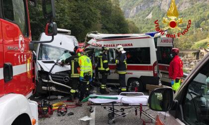 Le foto del violentissimo frontale tra un'ambulanza e un furgone: gravi i due conducenti