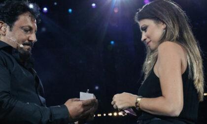 """""""Flora mi vuoi sposare?"""":  fuori programma di Enrico Brignano durante lo spettacolo in Arena"""