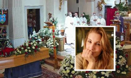 """Una grande folla ai funerali di Chiara Ugolini, il papà: """"Sarai sempre il nostro angelo biondo"""""""