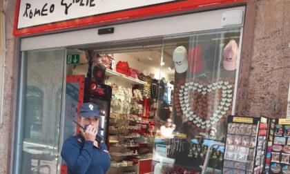 """Minorenni sorpresi nella notte mentre mettevano a segno il furto al negozio """"Romeo & Giulietta"""""""