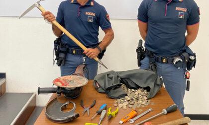 Scoperto ladro nella sala slot armato di flessibile, martello, scalpello e non solo