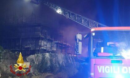 Le foto e il video dell'incendio in un cantiere edile: danneggiata una palazzina